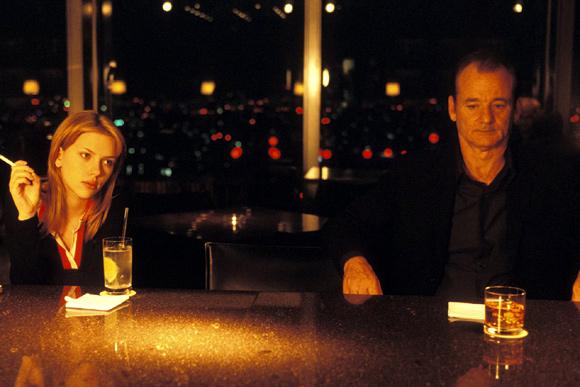 Az Elveszett jelentés című film szereplői a szálloda bárjában ücsörögnek